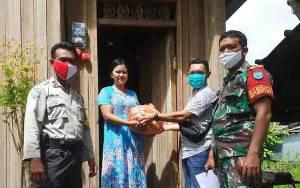 TNI Polri Kawal Pendistribusian Bantuan Sembako untuk Warga Pahandut Seberang