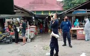 Gunakan Pengeras Suara, Security Pasar Indra Sari Minta Pedagang Pakai Masker