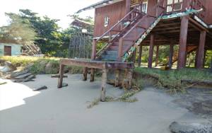 Abrasi di Pantai Ujung Pandaran Sampai Rumah Betang