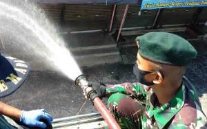Penyemprotan Disinfektan di Pasar Besar Besar Palangka Raya Berlanjut