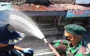 Hari ke-2, Anggota Kodim Palangka Raya Bersama Gugus Tugas Covid-19 Semprotkan Disinfektan di Pasar Besar