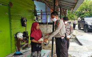 Program Jumat Berkah, Satintelkam Polres Kobar Bagi Paket Sembako Pada Warga Kurang Mampu