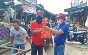 Ketua Pasar Besar Bagikan Sembako dan Masker untuk Buruh Angkut