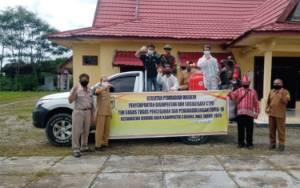 Koramil Sepang Bantu Tim Gugus Kacamatan Mihing Raya Semprot Disinfektan dan Bagi Marker
