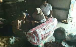 Anggota DPRD Kapuas ini Salurkan Bantuan untuk Lansia Penghuni Gubuk Reyot di Desa Sei Teras