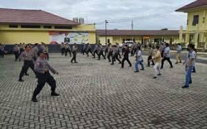 Personel Polres Kapuas Latihan Beladiri Antisipasi Serangan Pelaku Teror