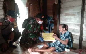 Babinsa Koramil Tumbang Miri Kawal Penyaluran BLT DD Tumbang Hamputung