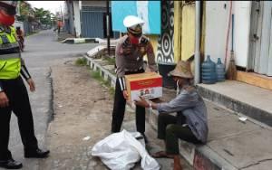 Satlantas Polres Kotim Bagikan 800 Paket Sembako di Hari Bhayangkara