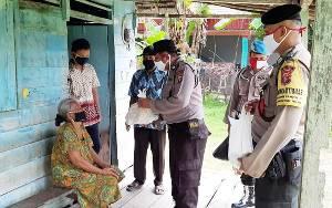 Personel Polsek Kahayan Hilir Laksanakan Bakti Sosial Bantu Lansia Kurang Mampu