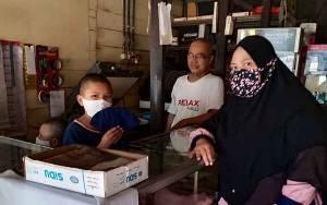MIS Manarul Huda Kapuas Salurkan Bantuan APD Untuk Siswa Secara Door To Door