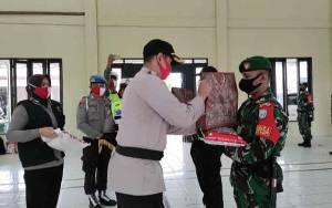 Peringati HUT Bhayangkara ke 74, TNI-Polri di Gunung Mas Sinergi Bagikan Sembako Atasi Dampak Covid-19
