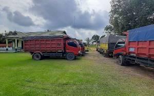 19 Truk Muatan Batubara Parkir di Koramil Tamiang Layang