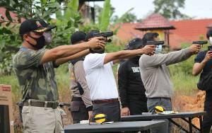 Bupati Hendra Lesmana Juara Menembak pada Peringatan HUT Bhayangkara Ke-74 di Polres Lamandau