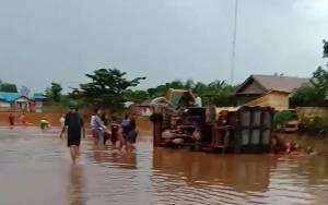 Truk Bermuatan Sawit di Lamandau Ini Terguling Akibat Terobos Jalanan Terendam Banjir