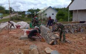 Hari Pertama TMMD, TNI Gotong Royong Bersama Masyarakat Bangun Fondasi Pos Terpadu