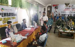 Atas Nama Gubernur Kalteng, Bupati Pulang Pisau Serahkan BST Provinsi