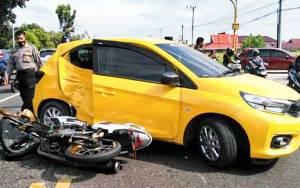 Pengendara Motor Seruduk Mobil di Jalan Tjilik Riwut Palangka Raya