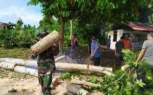 Babinsa Petuk Bukit Bersama Warga Gotong Royong Bersihkan Lingkungan