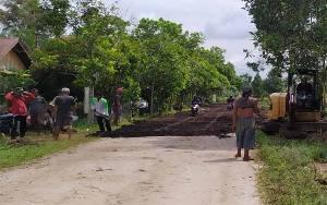 Warga Jalan Simpei Karuhei V Swadaya Timbun Jalan