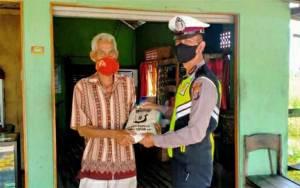 Satlantas Polres Kapuas Kembali Salurkan Bantuan Beras kepada Warga