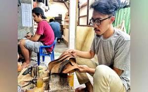 Sepatu Kulit Ceker Ayam Hirka Semakin Dikenal