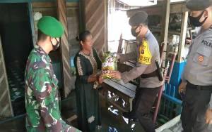 Kapolsek Arut Selatan Beri Paket Sembako kepada Korban Banjir