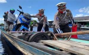 Satlantas Polres Kobar Bantu Pengguna Jalan Melintas Pangkalan Bun - Kolam Terjebak Banjir