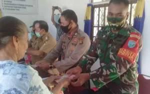 Babinsa Koramil Sepang dan Bhabinkamtibmas Sinergi Bantu Kades Tumbang Danau Salurkan BLT-DD