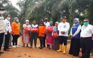 Bupati Kobar Serahkan Bantuan Paket Sembako Pada Warga Terdampak Banjir di Desa Runtu