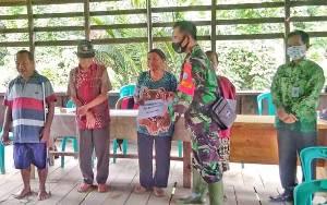 Babinsa Koramil 1012-02 Bentot Kawal Penyaluran BLT DD