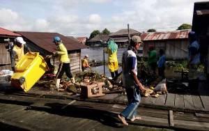 Bersihkan Sampah di Sungai Arut, DLH Kobar Angkut Tiga Ton Sampah