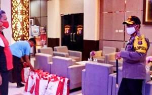 Kapolda Kalteng Serahkan Ribuan Paket Sembako Bantuan Presiden Untuk Masyarakat