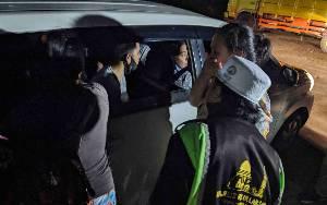 Ibu Tersangka Bandar Sabu Menangis saat Anaknya Dibawa Polisi