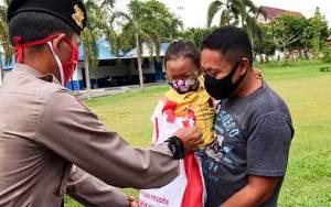 Ditsamapta Polda Kalteng Salurkan Bantuan Dari Presiden RI Untuk Warga Terdampak Covid-19
