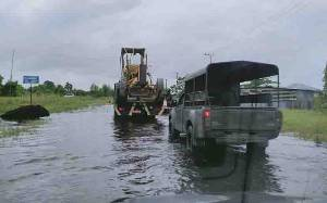 Dinas PUPR Kotawaringin Barat Mobilisasi Alat Berat Buka Jalur 2 Desa Terisolasi Akibat Banjir