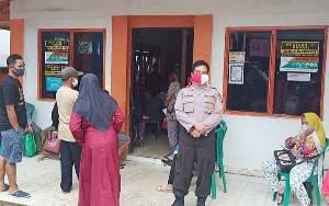 Anggota Polsek Dusun Tengah Kawal Penyaluran BST Tahap III