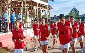Kapolda Kalteng Pantau Tes Seleksi Jasmani Calon Taruna di Lapangan Senaman Mantikai