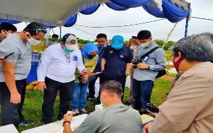 Pejabat Kementerian Meninjau Penangkaran Ikan Arwana di Kecamatan Mandomai