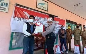 Polsek Kapuas Murung Salurkan Bantuan Paket Sembako dari Presiden kepada Warga