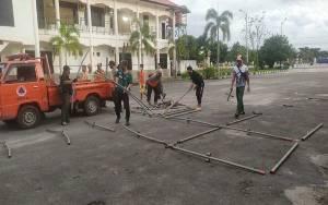Tim URC Pasang Tenda di Asrama Haji Persiapan Swab Test Massal