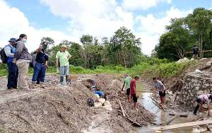 Kepala Dinas Pertanian Barito Timur Cek Pembangunan Long Storage