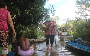Bupati Lamandau dan Isteri Datangi Warga Terdampak Banjir Sambil Membawa Logistik