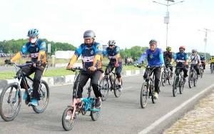 Kapolda Kalteng Bersepeda Bagikan 100 Sembako ke Pedagang Kaki Lima