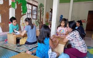 Kisah Desy Melatih Anak-anak Casciscus Bahasa Inggris di Rumah Belajar Gege