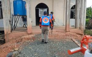 Personel BPBD Kapuas Semprotkan Disinfektan ke Rumah Ibadah