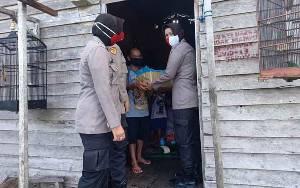 Polwan Seruyan Bagikan Sembako dan Sosialisasi Protokol Kesehatan