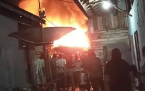 Bangunan di Flamboyan Bawah Terbakar