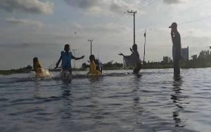 Banjir, Jadi Wahana Berenang Gratis di Tengah Jalan Raya