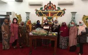 Pengurus PKK dan Dharma Wanita Persatuan Beri Kejutan Kepada Ketua TP PKK Kalteng yang Berulang Tahun
