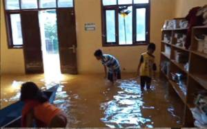 Penyaluran Seragam Gratis Alami Kendala Banjir